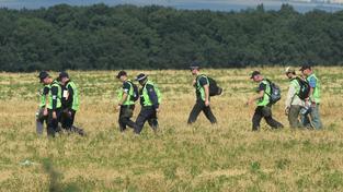 Vyšetřovatelé na místě nehody letadla