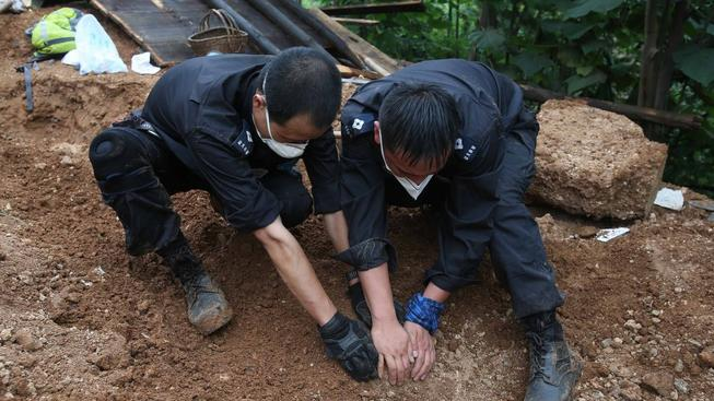 Záchranáři při vyprošťování obětí