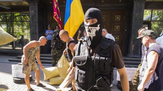 Rozebírání barikád na kyjevském Majdanu