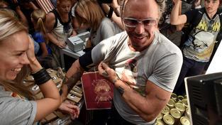 Mickey Rourke v tričku s Vladimirem Putinem