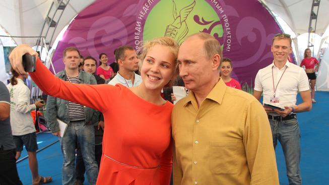 Ruský prezident Vladimir Putin a účastnice letního tábora na jezeře Seliger