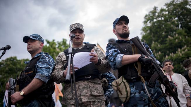 Valerij Bolotov (uprostřed) při projevu