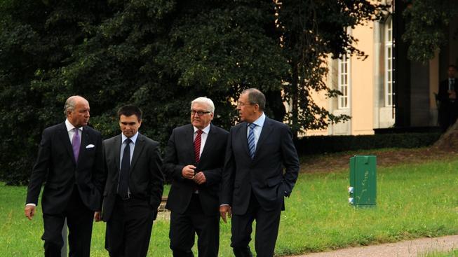 Ministři při jednání v Berlíně. Zleva: Laurent Fabius, Pavlo Klimkin, Frank - Walter Steinmeier, Sergej Lavrov