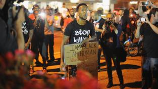 Protestující Afroameričané ve Fergusonu