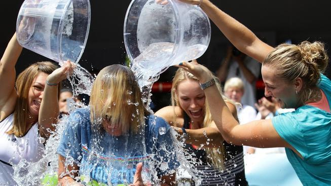 Šílené Výzvy s kýblem ledové vody se už zúčastnila i Petra Kvitová (úplně vpravo)