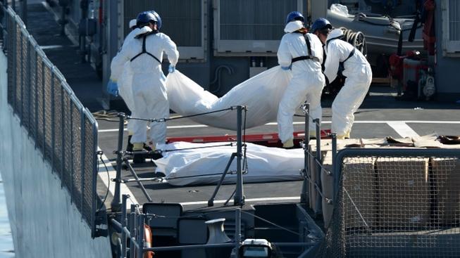 Italští zachranáři transportují těla migrantů