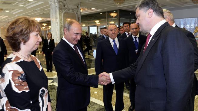 Ruský prezident Vladimir Putin a jeho ukrajinský kolega Petro Porošenko na summitu v Minsku