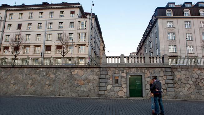 Náplavka a budovy na Rašinově Nábřeží, Praha