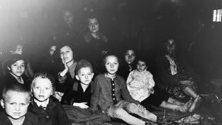 Ženy a děti osvobozené z koncentračního tábora nedaleko rakouského Lambachu