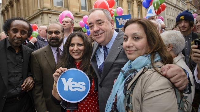 Příznivci nezávislosti Skotska v Glasgow. V popředí šéf skotské vlády Alex Salmond