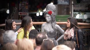 Socha Amy Winehouse v životní velikosti