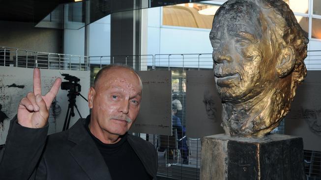 Sochař Lubomír Janečka s bustou Václava Havla