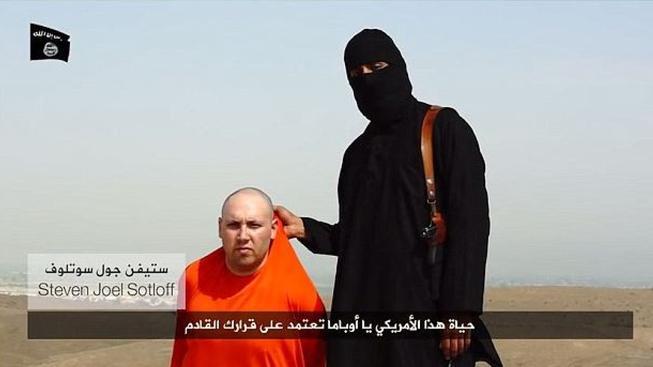 Snímek z videa s popravou Stevena Sotloffa