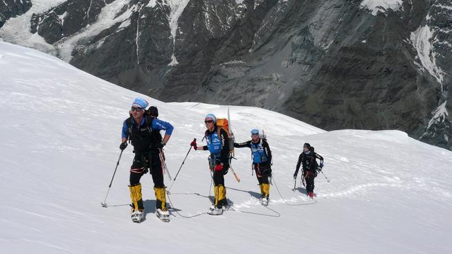 Skupina horolezců v Himalájícíh. Ilustrační snímek