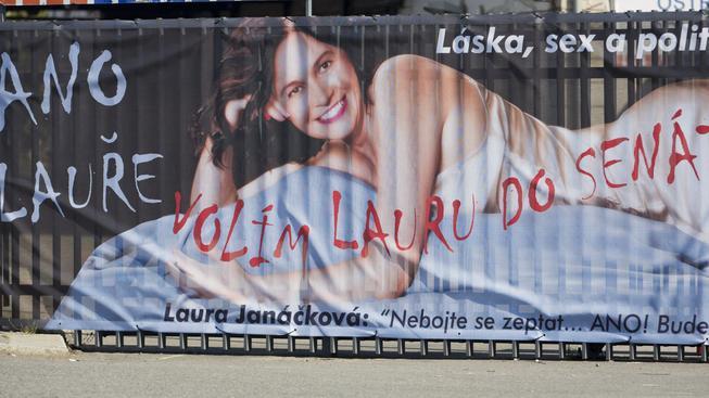 Předvolební billboard Laury Janáčkové ve stylu seriálu Sex ve městě