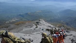 Záchranáři na sopce Ontake