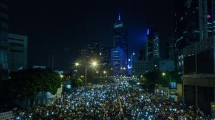 Protestující v Hongkongu svítí svými mobilními telefony
