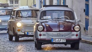 Trabanty se vrátily před německou ambasádu