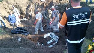 Exhumace těl z masového hrobu ve východoukrajinském Slavjansku