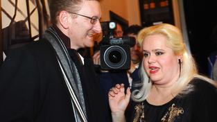 Poslanec Úsvitu, dopravní pilot a zpěvák Marek Černoch s profesionální matkou a babičkou Monikou Štikovou