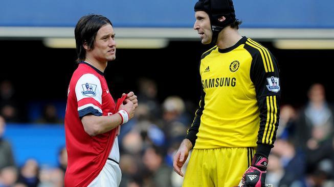 Tomáš Rosický (vlevo) s Petrem Čechem po derby Arsenalu s Chelsea