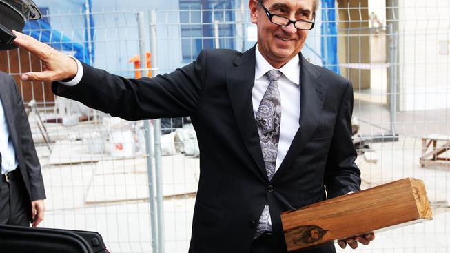 To, co Andrej Babiš drží v rukou, není bomba, ale narozeninová lahvinka pro Zemana