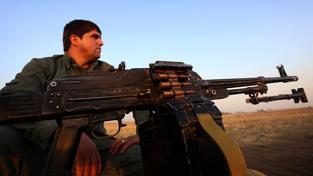 Člen kurdských milicí, které bojují na severu Iráku proti IS
