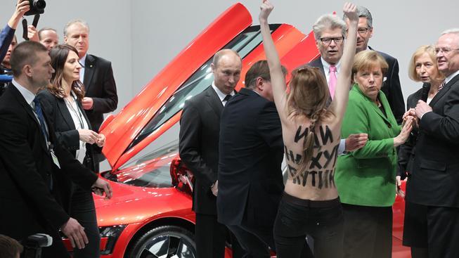 Demonstrace FEMENu jsou ve světě pojmem, dívčí protestní skupina už vystupovala dokonce i před Putinem