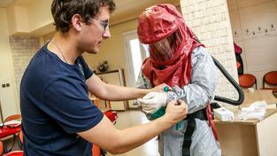 Nácvik v ochranném obleku na infekčním oddělení