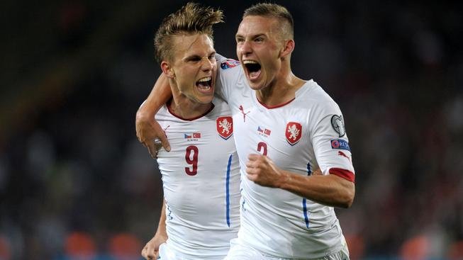 Pavel Kadeřábek (vpravo) a Bořek Dočkal zařídili vítězný český gól v Turecku