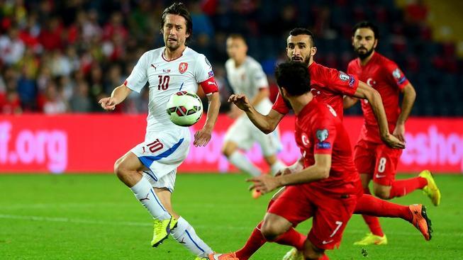 Kapitán Tomáš Rosický (v bílém) při utkání v Turecku