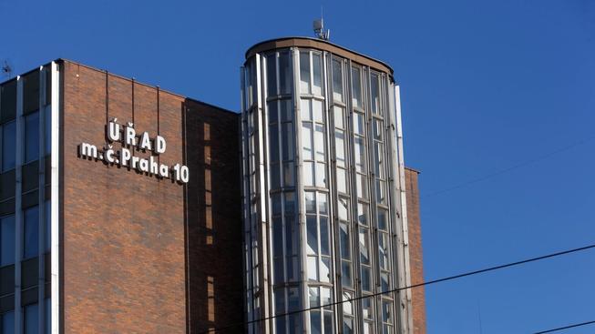 Desítka patří k nejkontroverznějším pražským radnicím