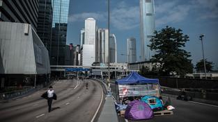 Protesty v Hongkongu pokračují. Policie postupně odstraňuje barikády demonstrantů.