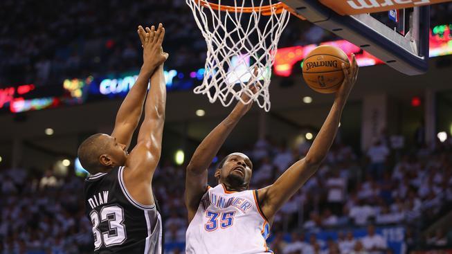Kevin Durant (v bílém) nestihne kvůli zranění start NBA