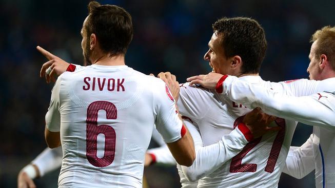 Reprezentanti oslavují druhý gól do sítě Kazachstánu, jeho autorem byl David Lafata (21)