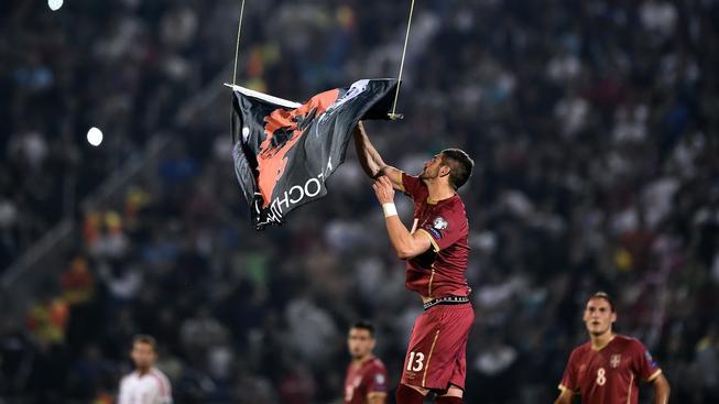Srbsko-albánský fotbalový zápas narušil přílet dronu s albánskou vlajkou