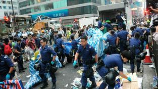 Protesty v Hongkongu nabírají na síle. Policisté použili proti demonstrantům donucovací prostředky.