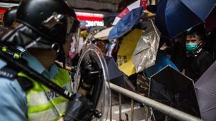 Policie v Hongkongu používá proti demonstrantům slzný plyn