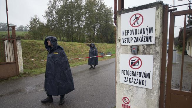 Areál vybuchlého muničního skladu je permanentně hlídán policisty.