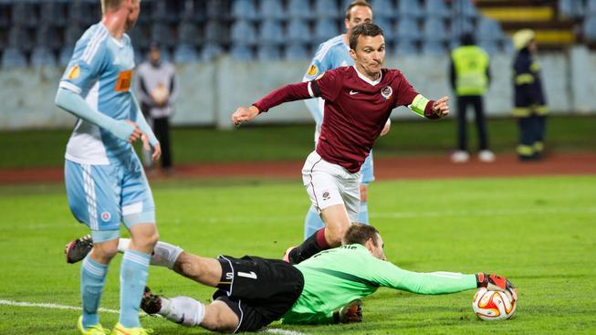 David Lafata (v rudém) v utkání Evropské ligy se Slovanem Bratislava