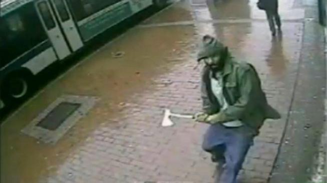 Útočník, který napadl se sekerou dva policisty. Záběr z průmyslové kamery