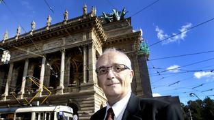 Ředitel Národního divadla Jan Burian před historickou budovou ND