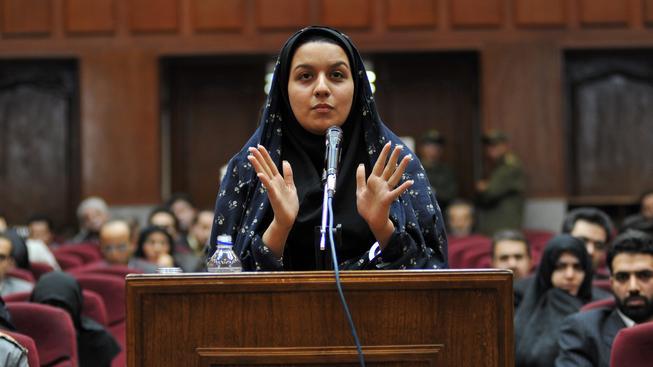 Rejhana Džabbaríová před teheránským soudem v roce 2008.