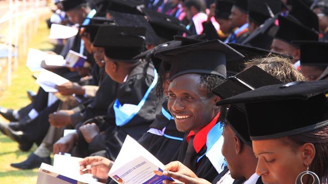 Tihle studenti už zákazy dodržovat nemusí. Promoce na University of Zimbabwe