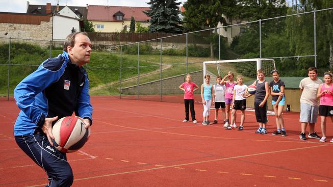 Ministr školství Marcel Chládek (ČSSD) předvádí, jak učit děti tělcovik