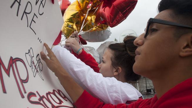 Studenti Marysville uctívají památku zastřelených spolužáků.