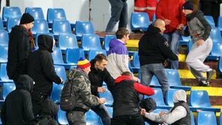 Úvodní zápas v Bratislavě zastínilo řádění chuligánů na tribunách
