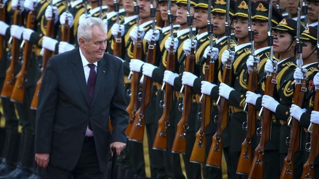 Prezident Miloš Zeman se dnes v noci vrátil ze státní návštěvy Číny letadlem skupiny PPF.