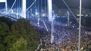 Demonstranti v Budapešti zaplavili Alžbětin most přes Dunaj