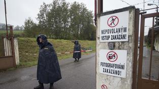 Epicentrum výbuchu munice ve skladovém areálu u Vlachovic na Zlínsku je stále žhavé, občas exploduje,.